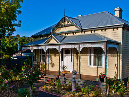 Home queen anne victorian house gothic victorian house for Victorian traditional homes