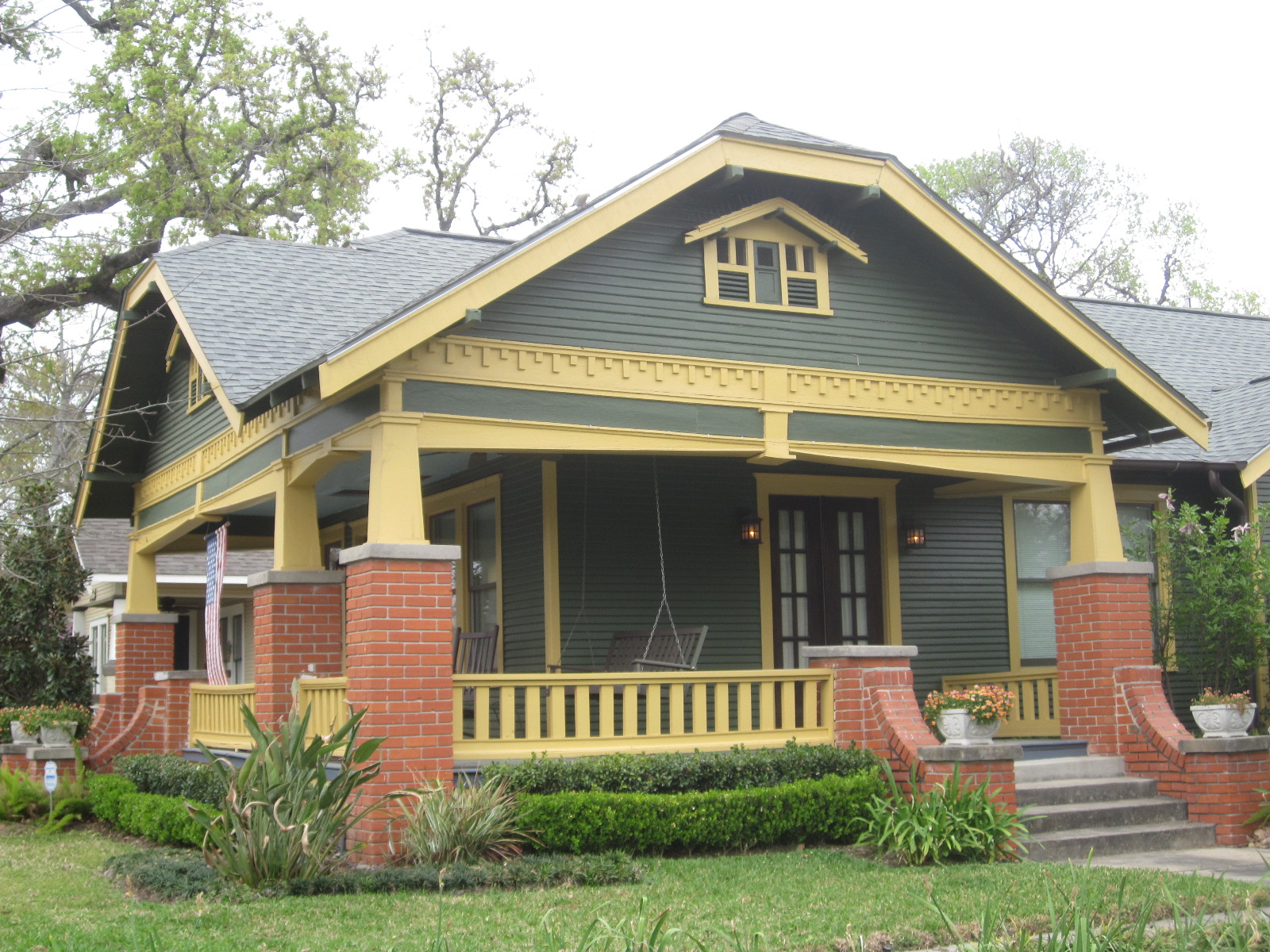 Bungalow house colors bungalow exterior paint color for Exterior house stain color schemes