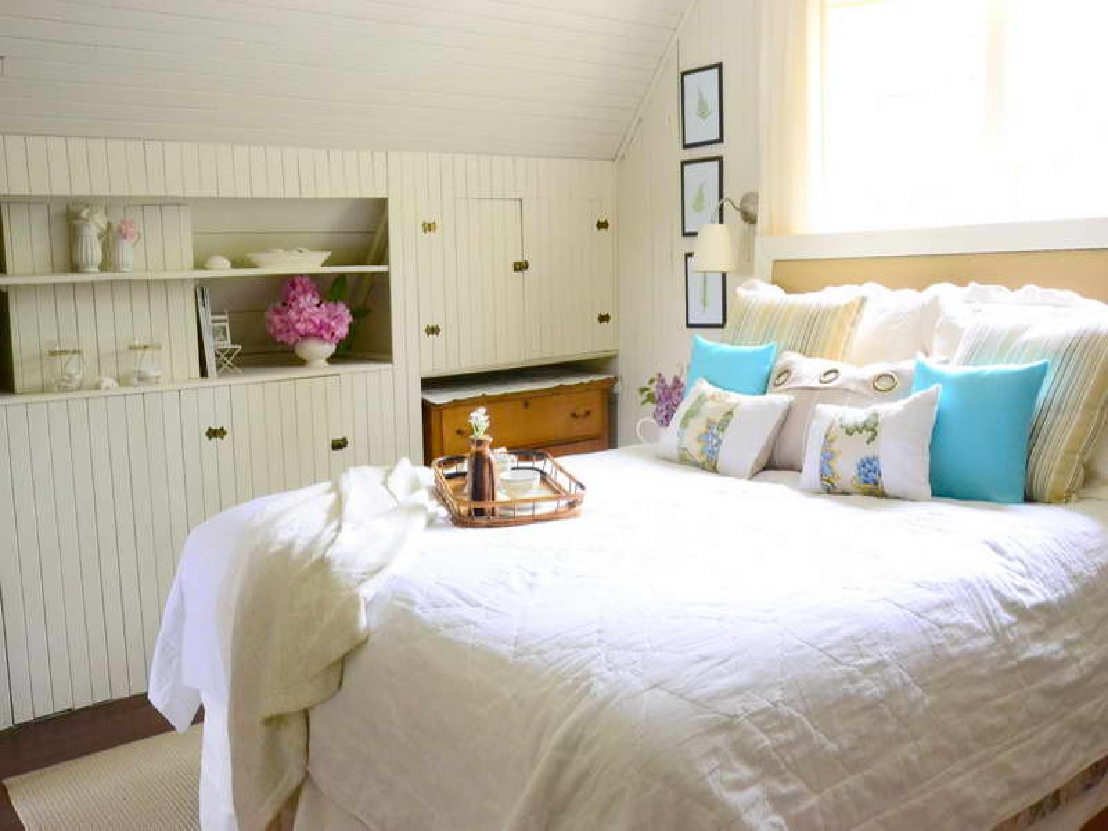 Hgtv small bedrooms beach cottage bedroom design beach for Cottage bedroom ideas