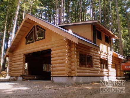 Awesome log cabin with garage log cabin garage with living for Log garage kits with loft